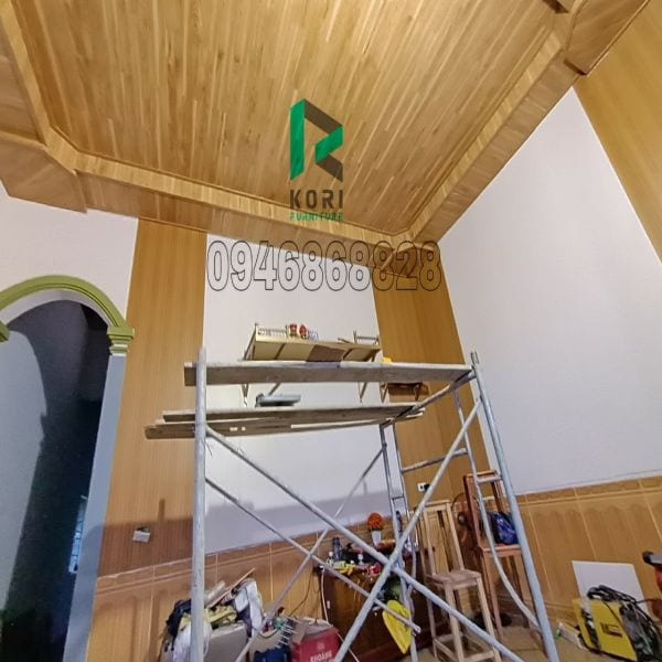 Ốp trần bằng sàn gỗ công nghiệp